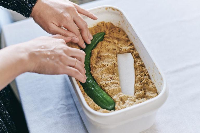 野菜を漬けたら冷蔵庫に保存して、夏は5日、冬は7日に1回混ぜます。