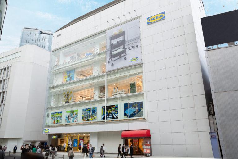 2階窓部分には、人気アイテムのソフトトイが過ごす日常風景が描かれている。