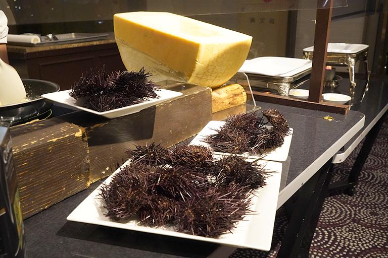「チーズの器で仕上げる雲丹のリゾット」のステーションには雲丹がたっぷり。