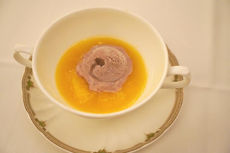 「煌めく炎の演出!オレンジコンポートにチョコレートアイスクリームを添えて」。