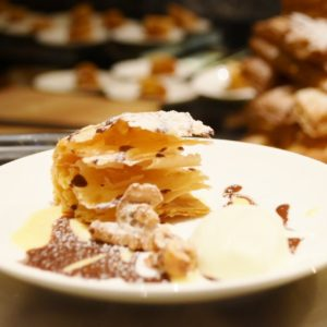 「ミルフィーユ」はサクサクのパイに添えられたクリームチョコレートをディップして楽しめます。