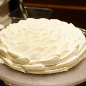 スポンジにたっぷりの苺をサンド。上質なクリームで雪の結晶のような形に仕上げたショートケーキ。