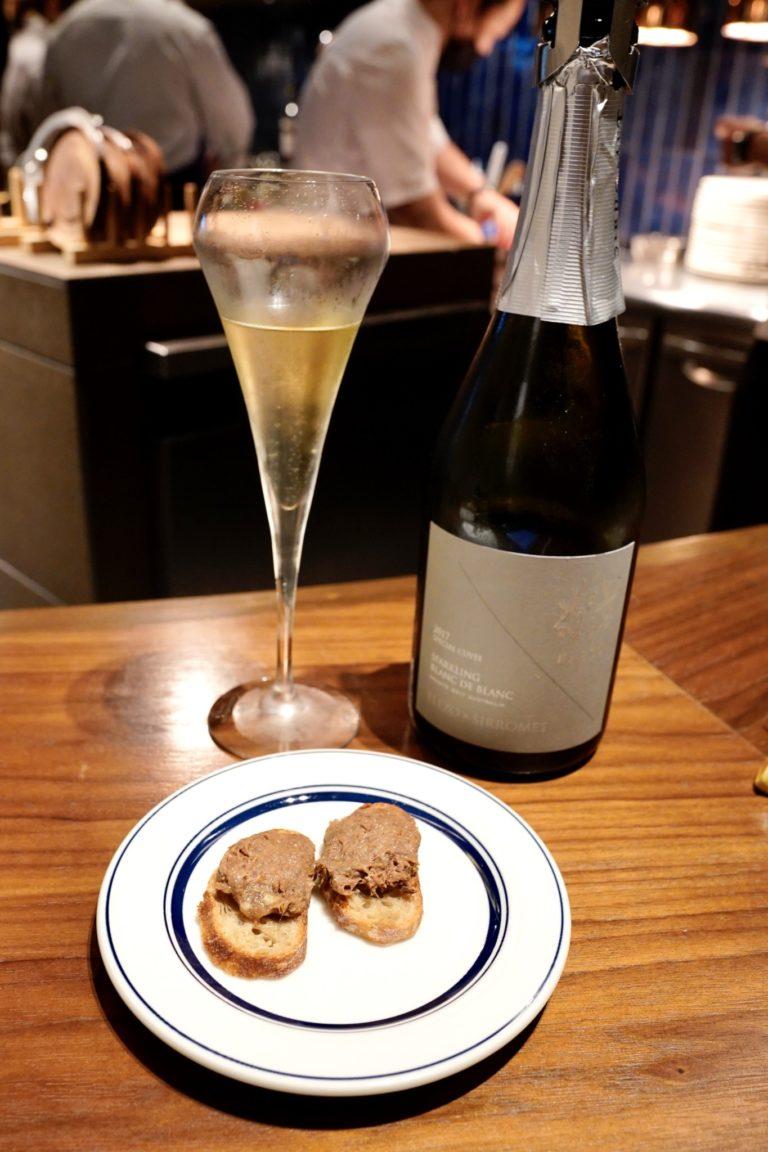 まず最初は〈シロメィワイナリー〉のスパークリングワインと、前菜「蝦夷鹿のリエット」のペアリングからスタート!
