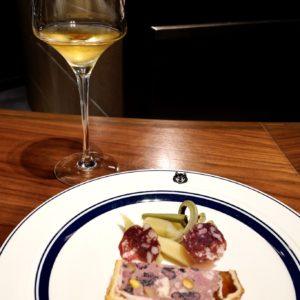 〈シロメィワイナリー〉 の白ワインと「ELEZOパテアンクルート」のペアリング。