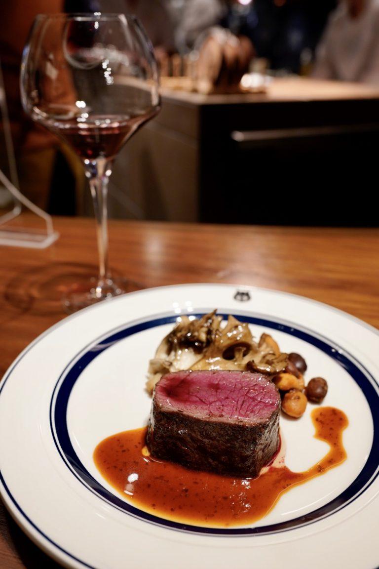 最後は〈シロメィワイナリー〉 の赤ワインとメインの「蝦夷鹿のロースト」のペアリング。