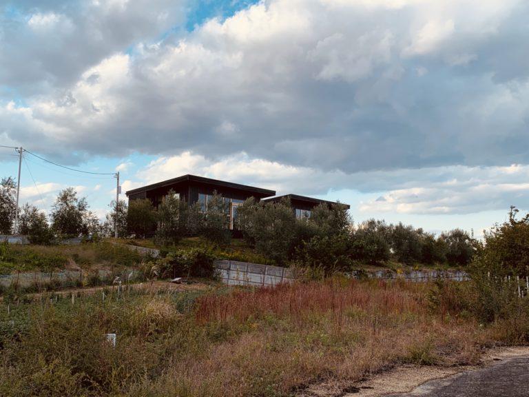 丘の上に、同じ間取りの2棟の宿が隣り合って配置。