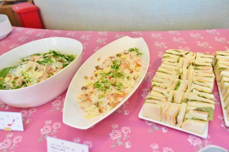左から「シーザーサラダ」、「スモークサーモンの洋風ちらし寿司」「ハムのサンドイッチ」。