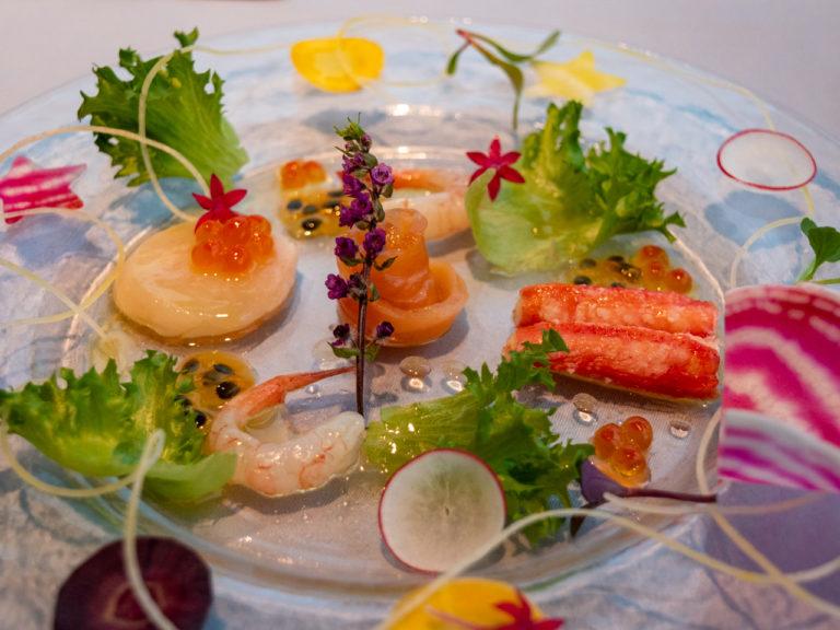 """""""とうきょうサラダ"""" 、東京都立川市""""小山農園""""カラフル野菜のクリスマスリースとシーフードマリネ 八王子パッションフルーツのヴィネグレットで。"""