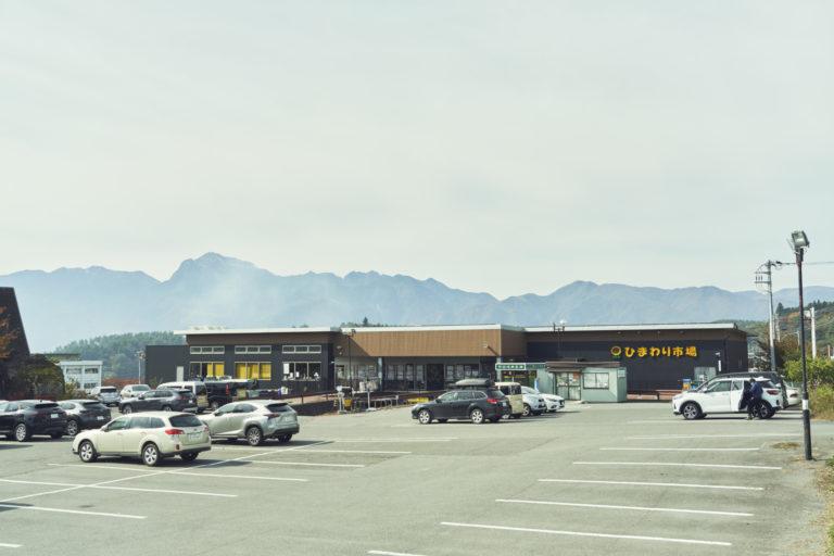 店は八ヶ岳の麓。駐車場には諏訪、名古屋、横浜、大宮など他県ナンバーの車も多数。