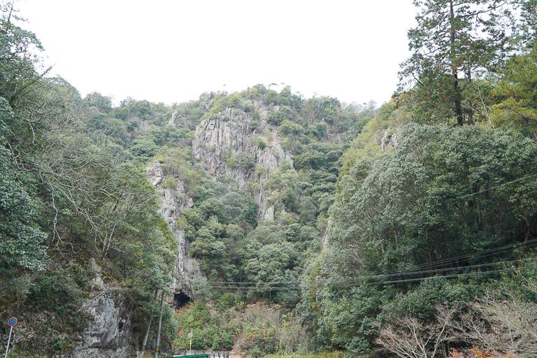 広大な敷地には壮大な断崖絶壁も見られます。