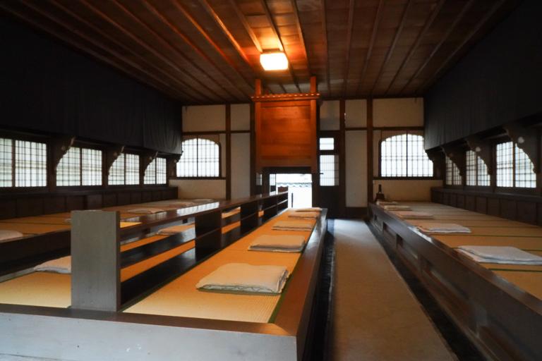 静寂に包まれる禅堂の中。