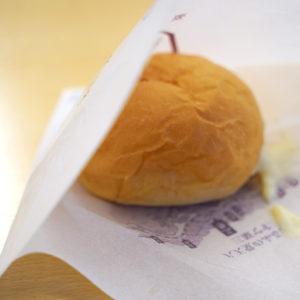 バーガー袋に入れてもお持ち帰り! 食べてみるとあの「くりーむパン」そのものでした。