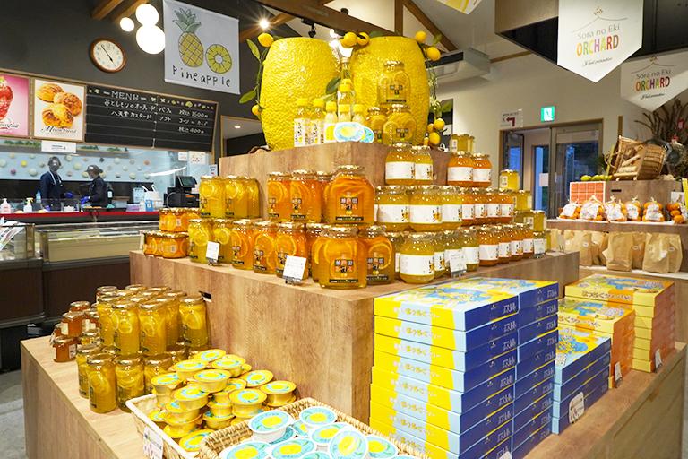店内には瀬戸内のフルーツを使った特産品が揃います。