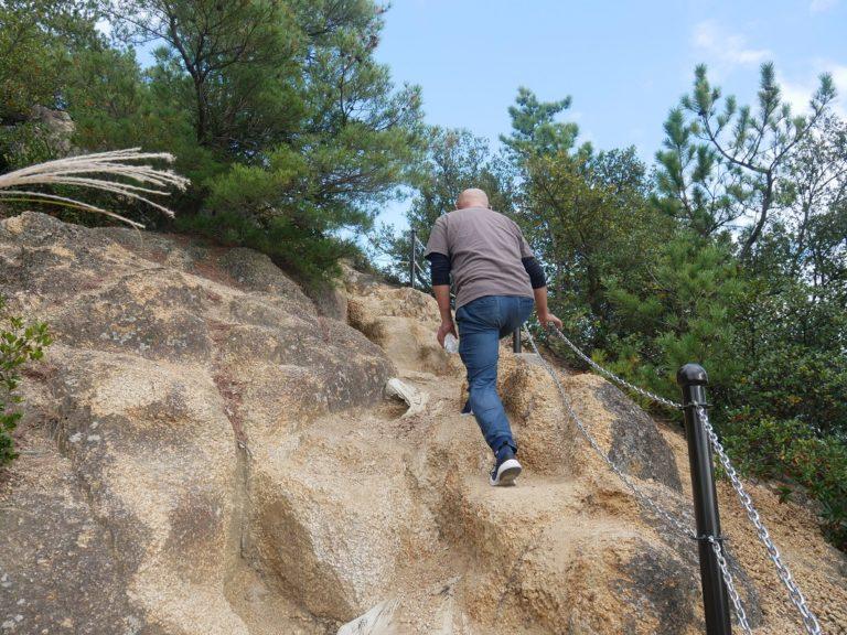 ここからがハード! 鎖につかまりながら登っていきます。
