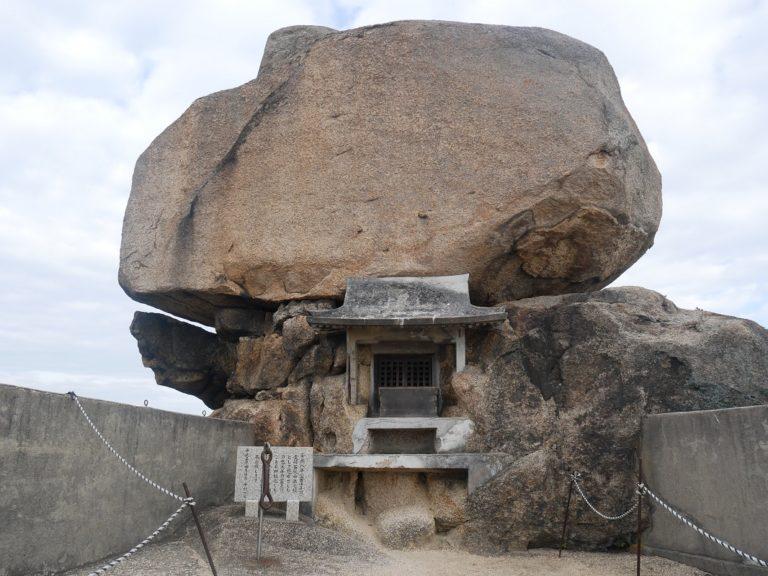 忠平さんが子どもの頃から亀に見えてたという重岩。