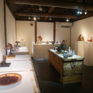2階には小道具に宿るたくさんの付喪神を展示。