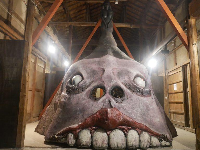 彫刻家・武田充生氏の作品『包んであげましょうか?』。