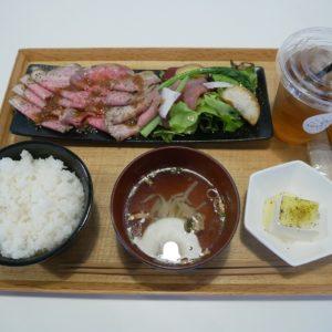 「島の野菜とオリーブ牛のローストビーフ定食」2,500円、「特製オリーブ茶」200円。