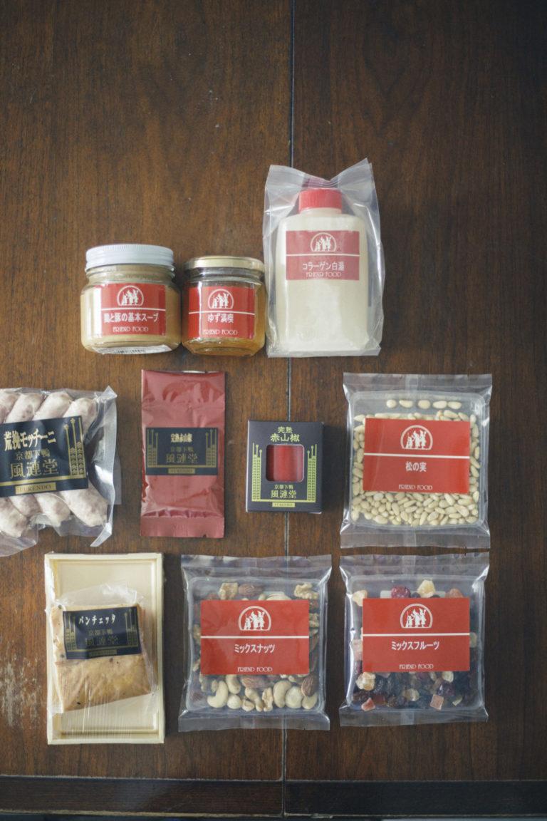 ひとつひとつ時間をかけて作ってきたPB商品の中でも「鶏と豚の基本スープ」300g 2,400円と「完熟赤山椒」10g 1,296円(各税込)は根強い人気商品。