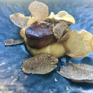 「フォアグラロースト 2年熟成芋のピュレ 黒トリュフとマデラ酒のソース」