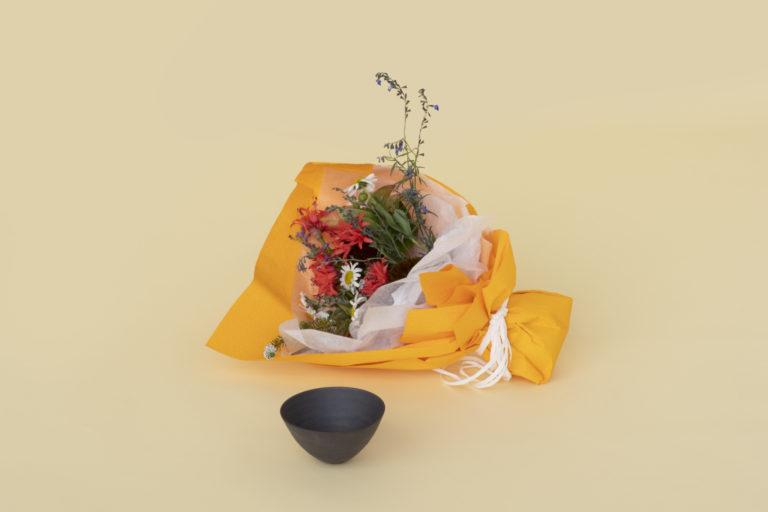 二階堂明弘さんの器と 〈THE LITTLE SHOP OF FLOWERS 〉のブーケ