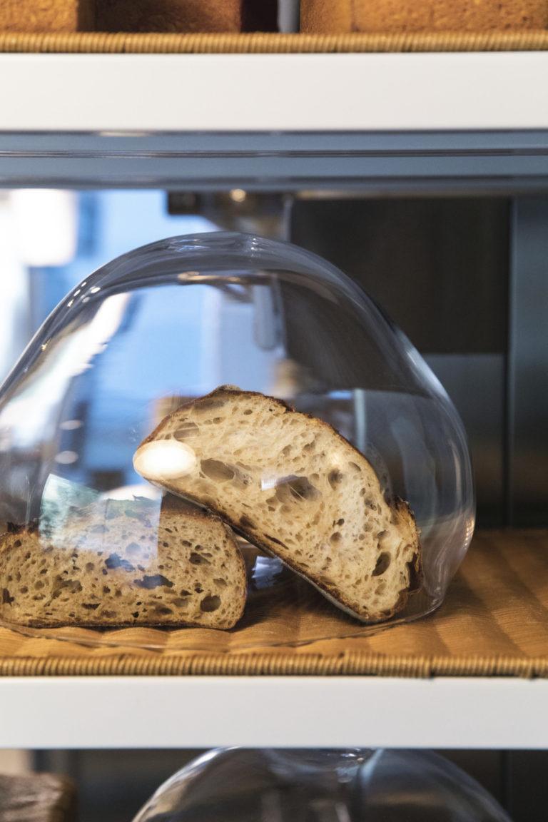 スペシャリテの「みんなのパン」560円(右)と、ようかんがモデルの「ヨカン」560円。カプセルの中にパンを飾る。