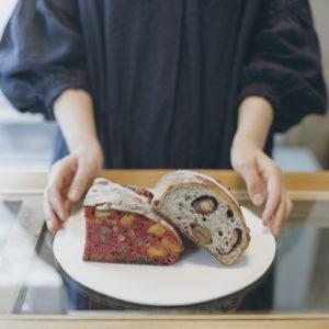 左から、「イチゴ」760円(フランボワーズ生地にパインとマスカット)と「マロロン」480円(渋皮栗入り)。大きく焼いたハード系は、驚愕のやわらかさと口溶け。まるで未来のパン。