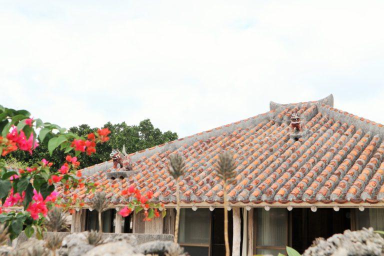 """民家の屋根には個性豊かな""""シーサー""""が。"""