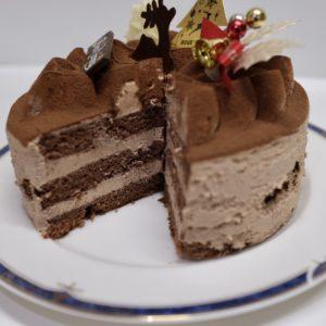 チョコレートクリームとのバランスを考え生地は3層仕立て。
