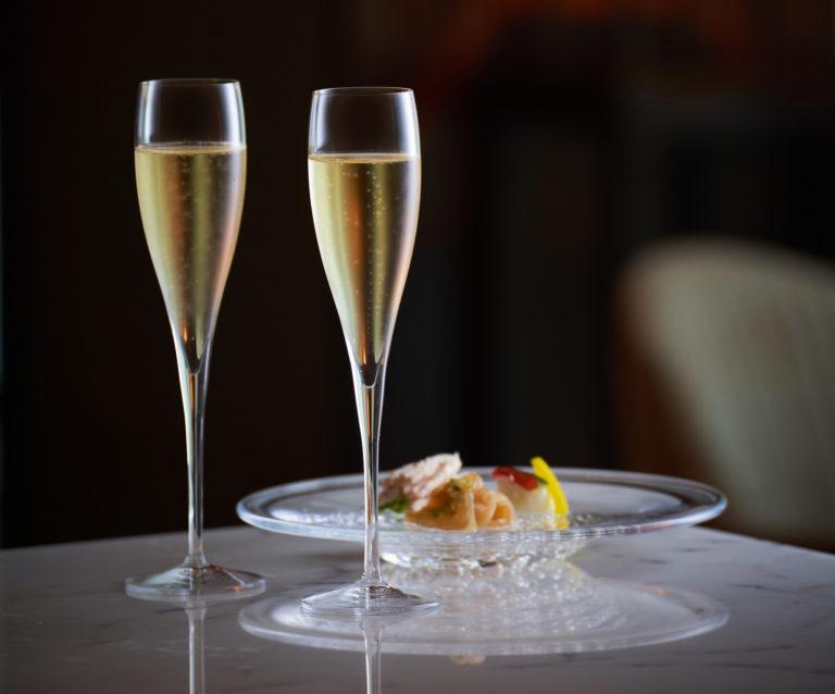 スパークリングワインとカクテルを含むドリンクメニューで贅沢な時間を。