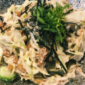 トップクラスの納豆おつまみに遭遇!〈八重洲 天ぷら串 山本家〉のねばねばサラダ。