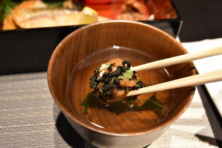 信州といえば味噌。ワカメやネギなどが入った「味噌玉」をポットで注いだ熱々の出し汁で溶かしていただきます!