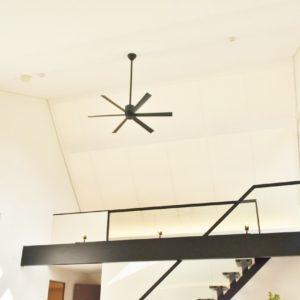 天井にシーリングファンが回り、お部屋の温度を調整してくれる。