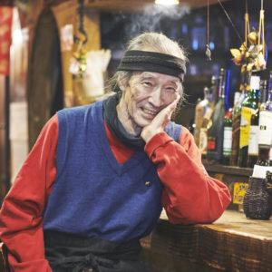 今年で80歳を迎える現役!スナック〈猫とバラの日々〉の丸橋義彦マスターが伝えたいこと。