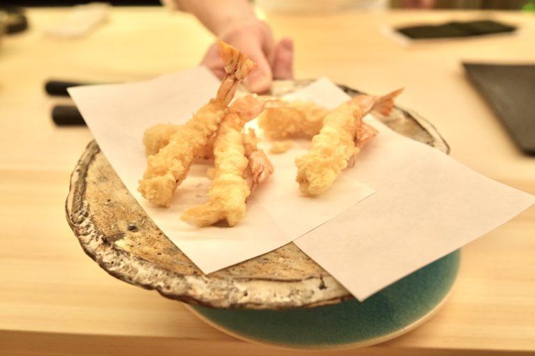 〈天ぷらみやしろ〉直伝の技法で揚げた海老天ぷら。