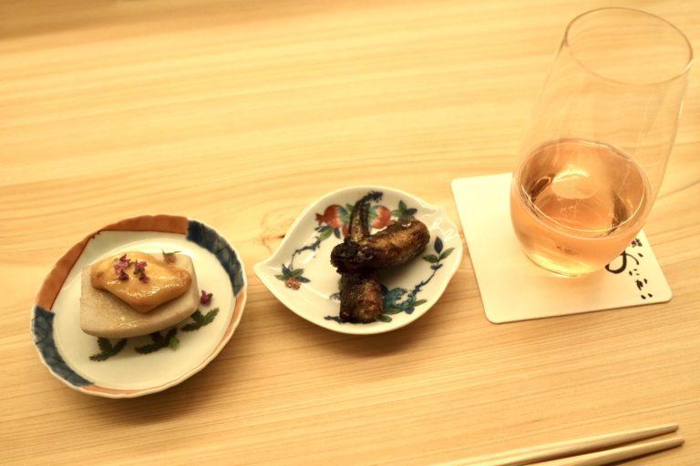 「里芋とモッツァレラチーズ」(左)と「ししゃも有馬煮」(中央)と〈フェラーリ〉のスパークリングワイン「マキシム ブリュット ロゼ」(右)。