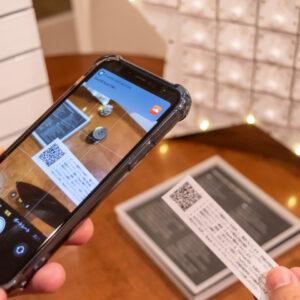 QRコードを読み取り、Bluetoothスピーカーと接続すると、ミュージックスタート!
