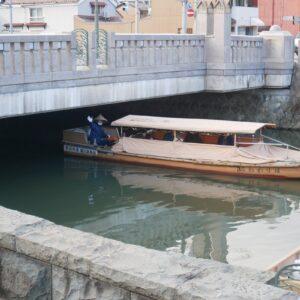 橋の下からギリギリの高さを通って出てくる船を見るのも楽しい!