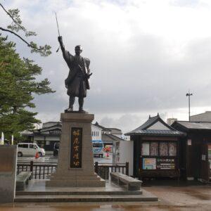 〈松江城〉と城下町を築いた松江開府の祖・堀尾吉晴の像。