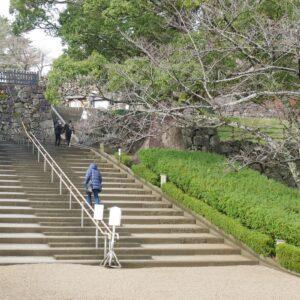 大手門を抜けた最初の階段。
