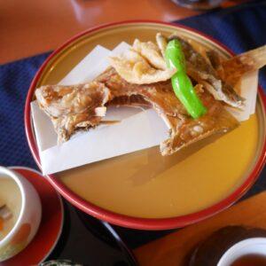 ぽん酢につけて味わう「カレイ煎餅揚げ」。