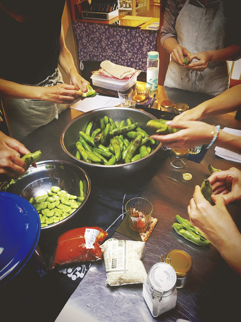 春から初夏に旬を迎える、そら豆を使った自家製豆板醤を作るレッスンも人気。