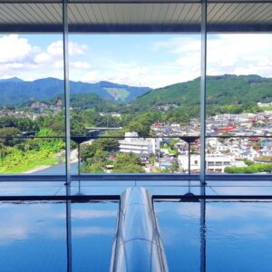 奥多摩の山々や多摩川の渓流が望める「展望大浴場」。