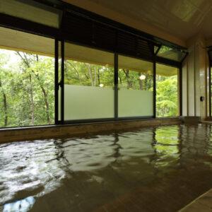開放感のある大きい窓がうれしい大浴場。