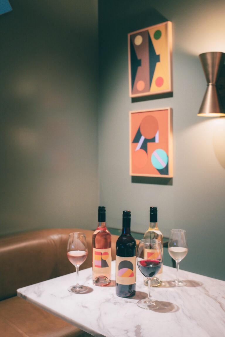 コースと共に楽しめる「bills ハウスワインのセット」も。白赤 2,000円(税込)、白ロゼ赤 3,000円(税込)。