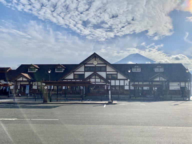 大きな富士山が背後にそびえる河口湖駅舎。