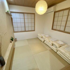 畳の温もりを生かした和室には布団を完備。