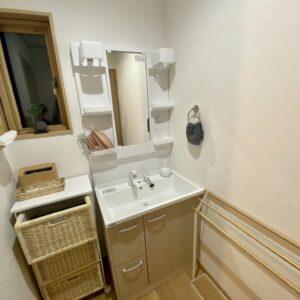 脱衣所には独立洗面台とラックも。歯ブラシやタオルも人数分用意してくれる。