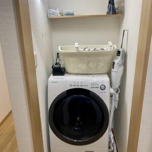 バスルームの前には乾燥機付ドラム式洗濯機やスチームアイロン、掃除機も。