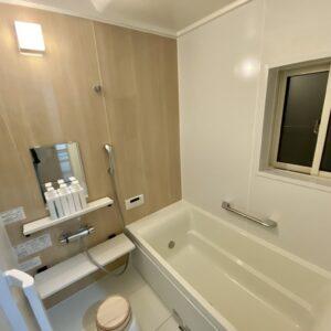 広々とした浴室。桶はヒノキ。